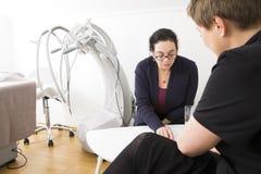 Klientkonsultation på kroppformkliniken Royaltyfri Fotografi