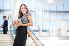 Klientmöte! Kvinnaaffärsmannen står på trappan som ser a Royaltyfria Bilder