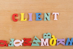 KLIENTord på träbakgrund som komponeras från träbokstäver för färgrikt abc-alfabetkvarter, kopieringsutrymme för annonstext arkivfoto