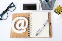 Klientsupporttj?nst Kontakta oss f?r ?terkoppling Skrivbord med notepaden, smartphonen, exponeringsglas och emailsymbol Top besk? royaltyfri fotografi