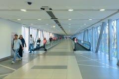 Klima steuerte Fußgängerbrücke zwischen Dubai-Mall und Stockfoto