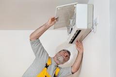 Klimaanlage überprüfen oder installieren lizenzfreie stockfotografie