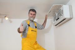 Klimaanlage überprüfen oder installieren stockfotografie
