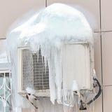 Klimaanlage bedeckt mit gefrorenem Eis und Eiszapfen Abschluss oben Stockfotos