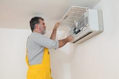Klimaanlage überprüfen oder installieren Lizenzfreies Stockfoto