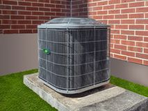 Klimaanlagen außerhalb eines Appartementkomplexes Stockbild