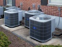 Klimaanlagen außerhalb eines Appartementkomplexes Lizenzfreie Stockfotografie