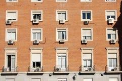 Klimaanlagen auf Gebäude lizenzfreie stockbilder