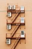 Klimaanlagen eingehangen an den Wänden Stockfoto