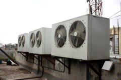 Klimaanlagen-Kondensatoren Stockfoto