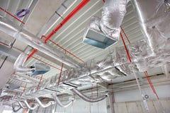 Klimaanlagen- und Feuerbekämpfungssystem auf der Decke Stockfoto