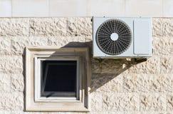 Klimaanlagendruckluftanlage und -fenster Lizenzfreie Stockfotos