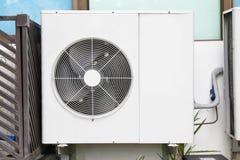 Klimaanlageninstallation außerhalb des Errichtens nahe Glasfenstern lizenzfreies stockbild