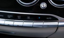 Klimaanlagenknopf innerhalb eines Autos Klimaregelung Wechselstrom-Einheit im Neuwagen moderne Autoinnenraumdetails Stockbild