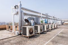 Klimaanlagenkompressor auf der Dachspitzenterrasse lizenzfreies stockfoto
