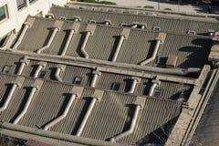 Klimaanlagerohre auf dem Dach stockfotografie