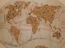 Klimaat en stromen in de oude kaart van Europa, van Azië, van Afrika en van Australië kaart van wereldstromen op een boom royalty-vrije stock foto's