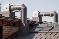 Klimagerät auf einem neuen Metalldach des modernen Gebäudes Lizenzfreies Stockbild