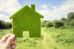 Klimahintergrund des grünen Öko-Hauses Lizenzfreies Stockfoto