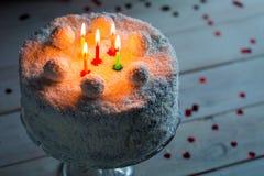 Klimakokosnusskuchen für Geburtstag mit Kerzen Stockfoto
