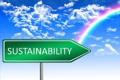 Klimakonzept, Nachhaltigkeit auf grünem Verkehrsschild, sonniger Hintergrund des blauen Himmels mit Regenbogen Stockbilder