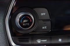 Klimat kontrolna jednostka w nowym samochodu zako?czeniu obraz stock