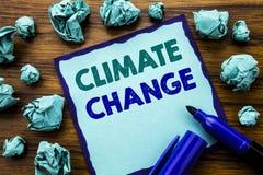 Klimatförändring för handstiltextvisning Affärsidé för global värme för planet som är skriftlig på klibbigt anmärkningspapper, tr Arkivbild