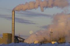 Klimatförändring från fabriksavgaser royaltyfri fotografi