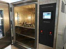 Klimatyczna sala dla środowiskowych testów elektroniczni produkty zdjęcie royalty free