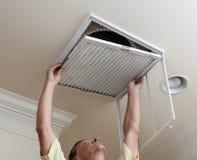klimatyzaci mężczyzna otwarcia senior obrazy stock