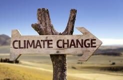Klimawandelholzschild mit einem Wüstenhintergrund Lizenzfreie Stockfotos