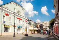 Klimentovsky车道看法在莫斯科在晴天 免版税图库摄影