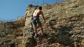 Klimmer die op een Klip beklimmen stock video