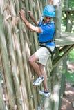 Klimmer in het beklimmen van muur bij hoge kabelcursus Royalty-vrije Stock Afbeeldingen