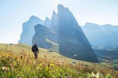 Klimmer op de hoge rotsenachtergrond Sport en actief het levensconcept stock afbeelding