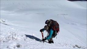Klimmer op de route van de sneeuwalpinist stock footage