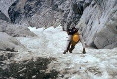 Klimmer op steil ijs couloir Stock Afbeelding