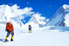 Klimmer reache de top van bergpiek Klimmer drie op de gletsjer Succes, vrijheid en geluk, voltooiing in bergen stock fotografie