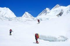 Klimmer reache de top van bergpiek Klimmer drie op de gletsjer Succes, vrijheid en geluk, voltooiing in bergen stock afbeeldingen