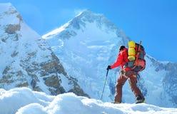 Klimmer reache de top van bergpiek Klimmer op de gletsjer Succes, vrijheid en geluk, voltooiing in bergen royalty-vrije stock afbeeldingen