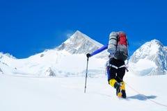 Klimmer reache de top van bergpiek Klimmer op de gletsjer Succes, vrijheid en geluk, voltooiing in bergen stock afbeelding