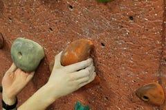 Klimmer twee dichte handensinaasappel royalty-vrije stock foto's