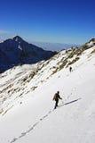 Klimmers die de berg in Retezat-bergen uitgaan, Roemenië Stock Foto