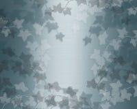 Klimop op achtergrond van het wintertalings de blauwe satijn Royalty-vrije Stock Fotografie