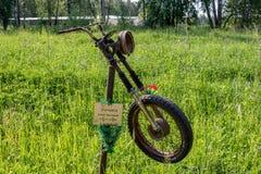 Klimovskoye, Ρωσία - τον Ιούνιο του 2019: Μνημείο στον αποθανούντα μοτοσυκλετιστή στην πλευρά του δρόμου στοκ φωτογραφία με δικαίωμα ελεύθερης χρήσης