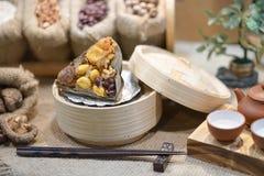 Klimp för klibbiga ris, mjuk fokus I den kinesiska appellen Zongzi Zongzi är en traditionell kinesisk rismaträtt som göras av sto royaltyfri bild