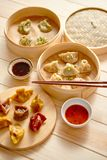 Klimpar för traditionell kines tjänade som i träbambuångaren royaltyfri bild