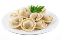 Klimpar och persilja - rysspelmeni - italiensk ravioli - på w Royaltyfri Fotografi