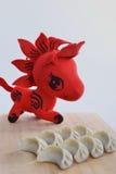 Klimpar och röd häst Arkivfoto