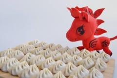 Klimpar och röd häst Fotografering för Bildbyråer